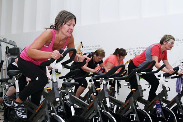 Damer som sykler
