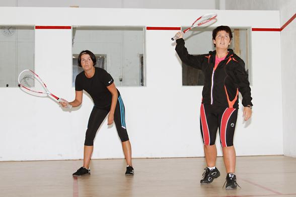 Damer som spiller squash
